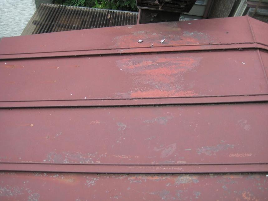 色あせた鉄板屋根